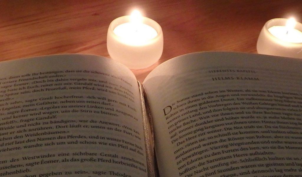 Aufgeschlagenes Buch, Kapitel Helms Klamm, Herr der Ringe und Kerzen