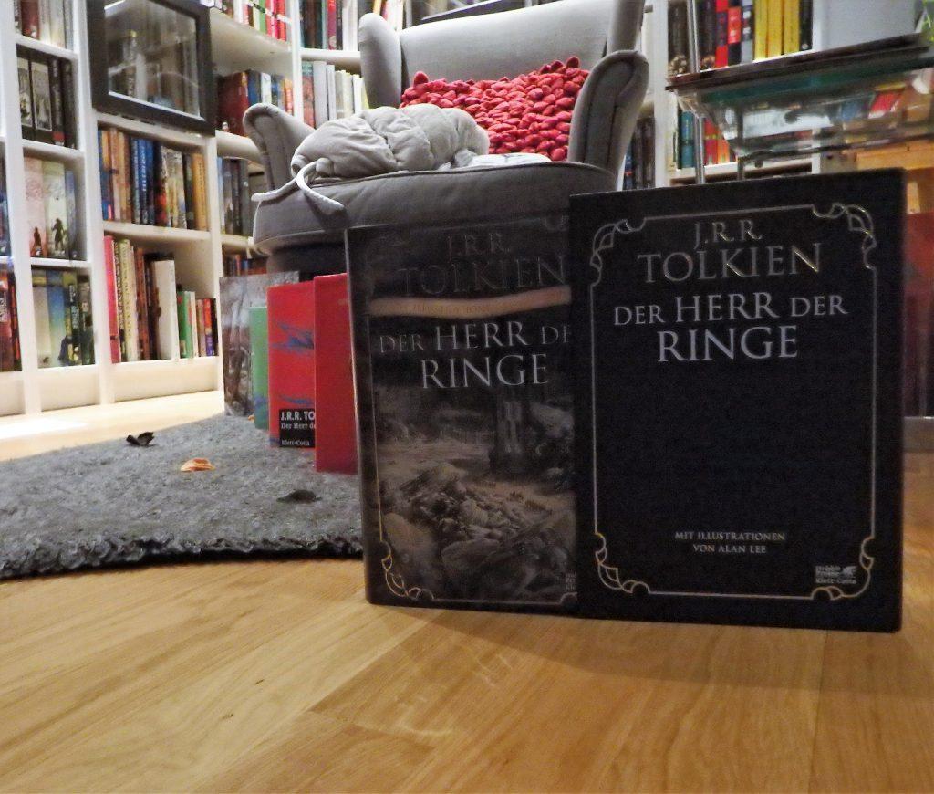 Leseecke mit Ohrensessel, Bücherregalen, Herr der Ringe-Ausgaben
