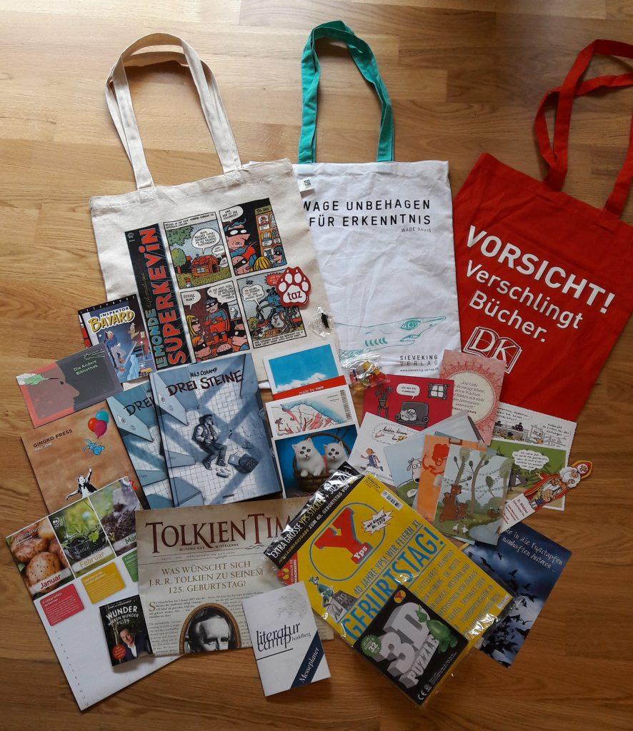 Comic, Yps-Heft, Taschen mit Bücherthemen, Postkarten von Verlagen mit Zeichnungen und weitere Mitbringsel von der Frankfurter Buchmesse