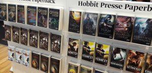 Messeregale mit Büchern aus der Hobbit Presse von Klett Cotta