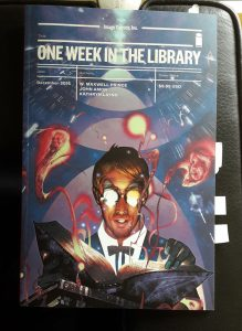 Foto vom Comic One Week in the Library von Image Comics. Mann liest in einem Buch