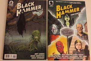 2 Comiccover - auf einem ist eine fliegende schwarze Gruselgestalt abgebildet, auf dem anderen die fünf Helden der Black Hammer-Gruppe