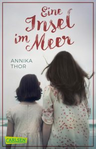 Buchcover: Zwei Mädchen sitzen mit dem Rücken zum Betrachter