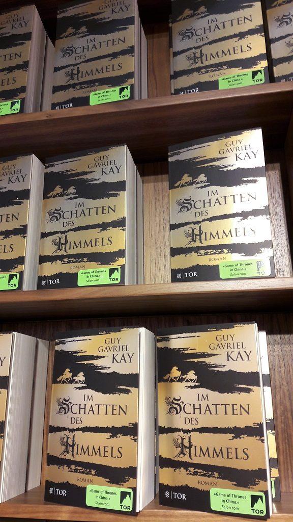 Bücherregal mit mehreren Exemplaren des goldenden Taschenbuchs