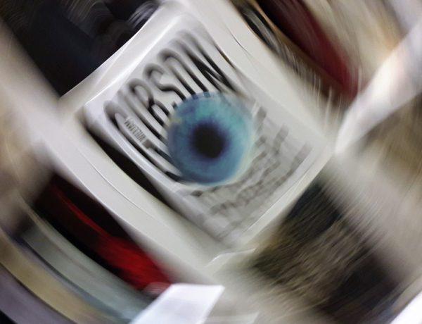 Verzerrtes Bild, das Geschwindigkeit andeutet zeigt Gibsons Buch Peripherie