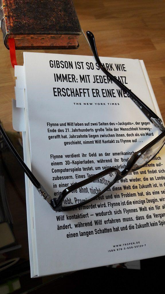 Rückseite des Buches Peripherie mit daraufliegender Lesebrille