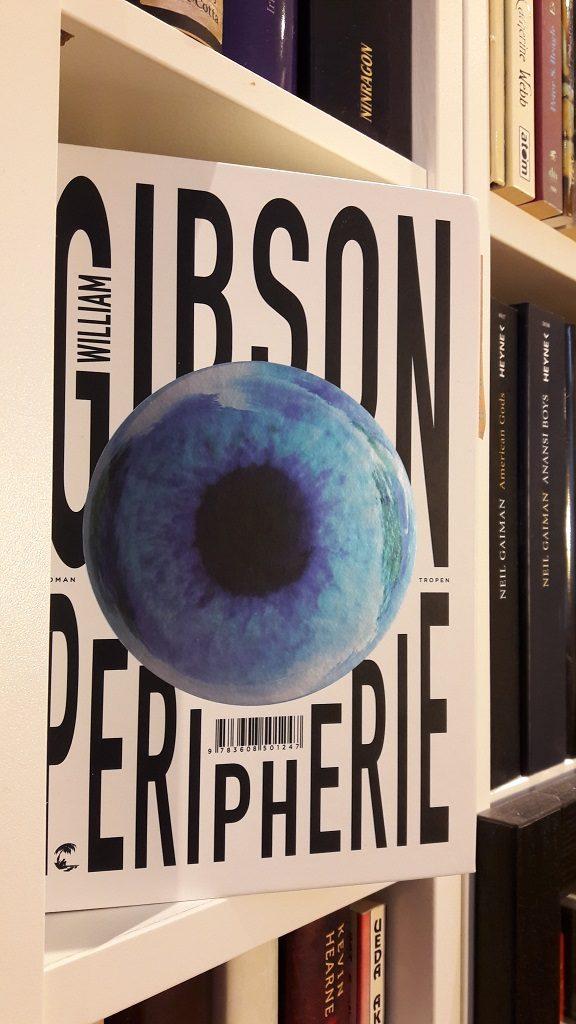 """Cover von """"Peripherie"""" - zeigt ein blaues Auge auf weißem Hintergrund"""