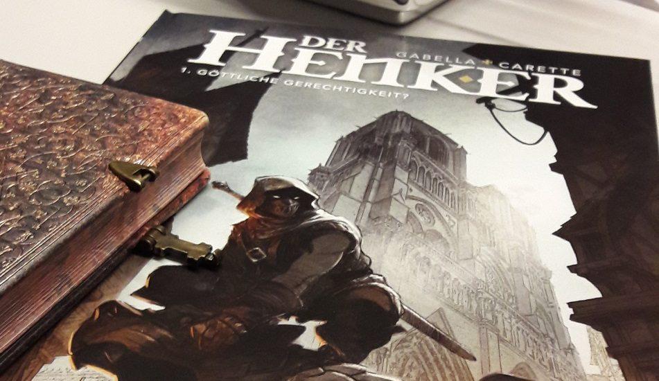 Cover des Comics, dass eine vermummte Person mit Kapuze zeigt und daneben ein altes Buch