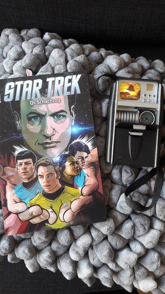 Comiccover zeigt die neue Crew der NCC-1701 und darüber Q