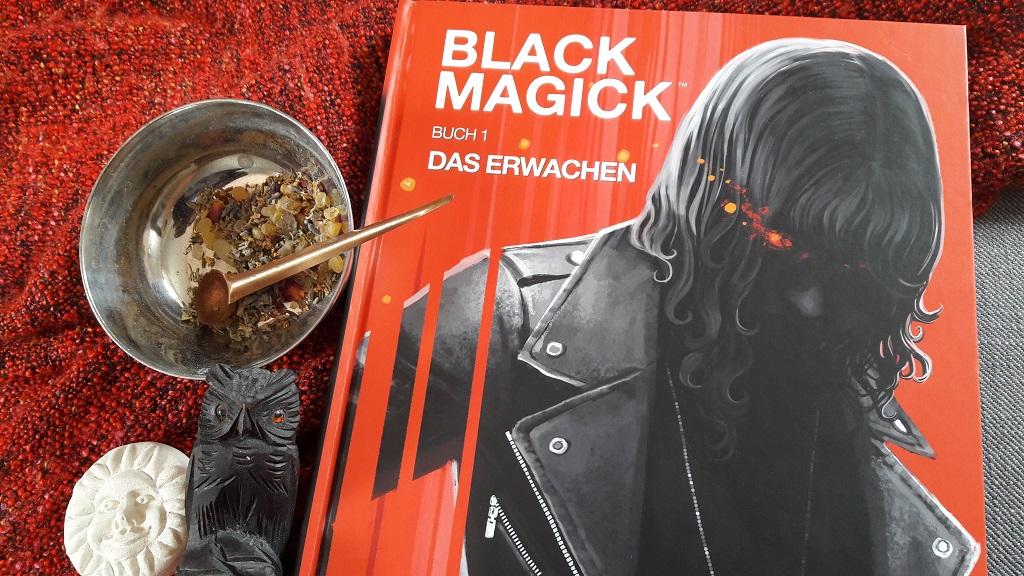Comic zeigt eine schwarzhaarige Frau in Lederjacke auf rotem Hintergrund. Daneben ein Schälchen mit Räucherwerk und eine schwarze Eule