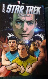 Star Trek Comicband auf dem Cover Q und die neue Classic-Crew