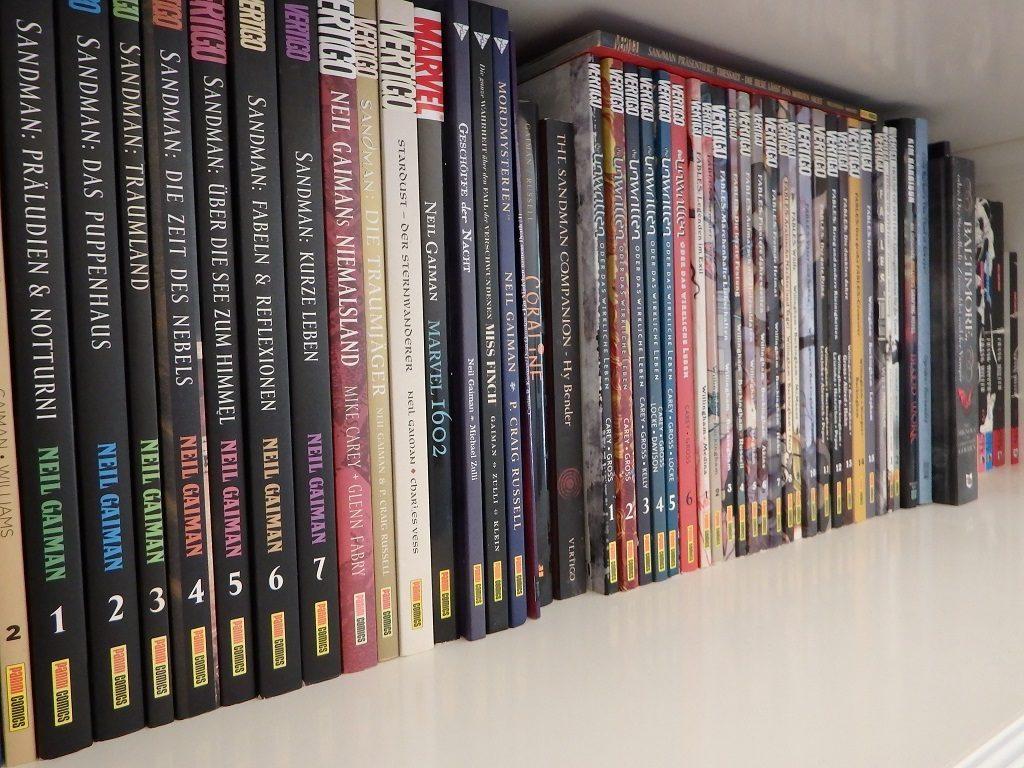 Regalbrett mit viele Tradepaperback-Ausgaben von DC Vertigo (Panini)