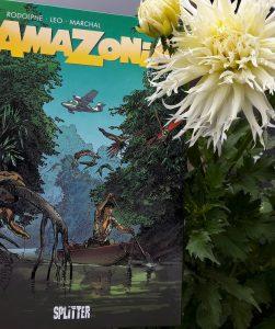 Cover des Comics daneben eine große weiße Dahlienblüte