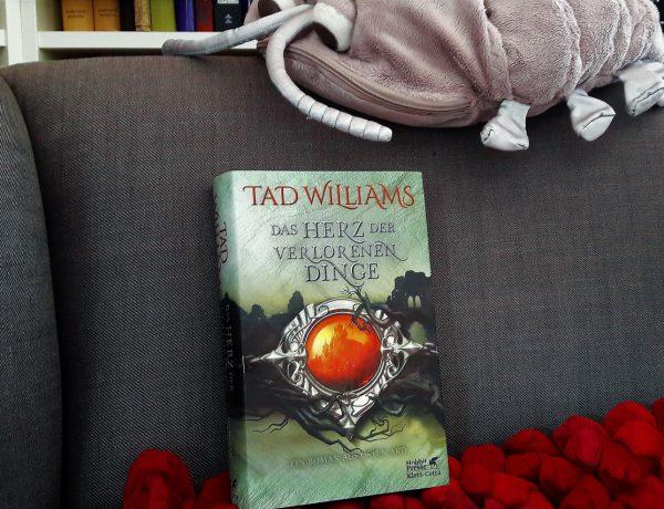 Buch auf einem Kissen im Ohrensessel darüber die Plüschkellerassel