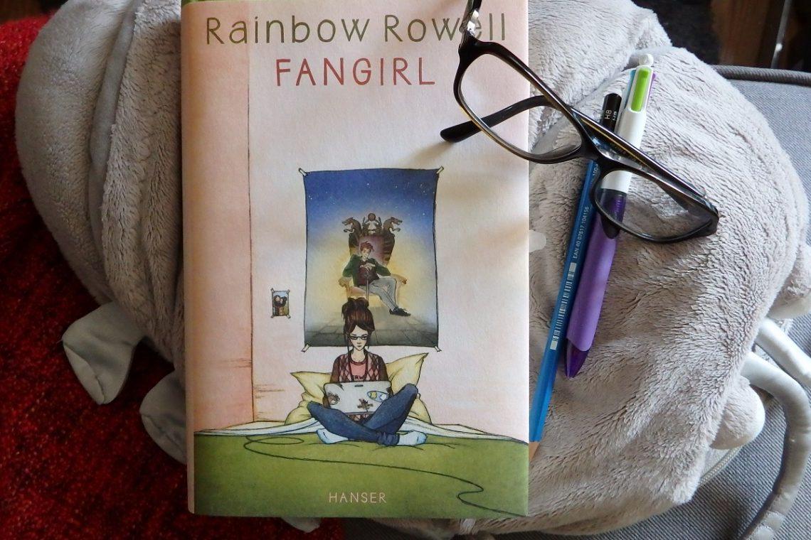 Buch liegt auf Plüschkellerassel daneben eine Brille, ein Bleistift, ein Kuli.