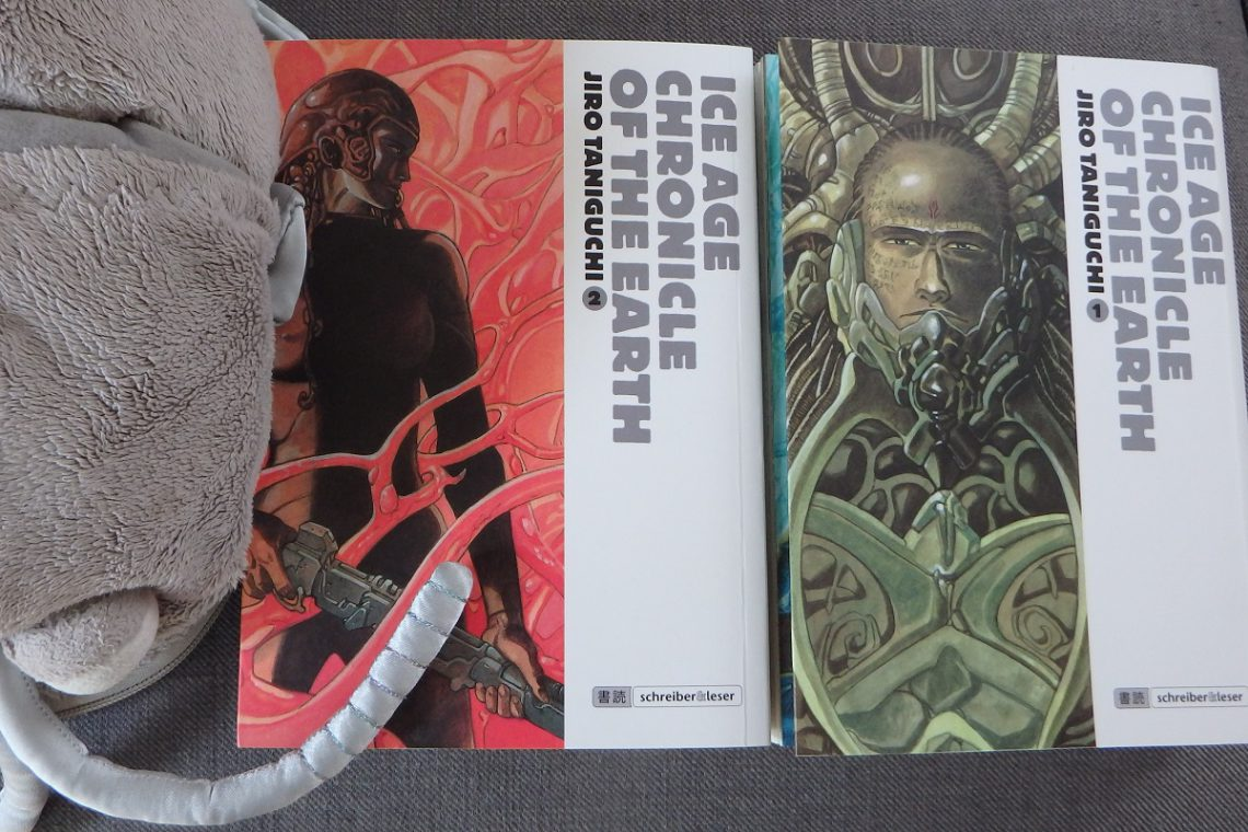 Plüschassel neben zwei Manga-Bänden Ice Age Chronicle of the Earth von Jiro Taniguchi