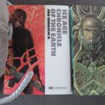 Plüschassel neben zwei Manga-Bänden Ice Age Chronicle of the Earth von Jiro Taniguchi