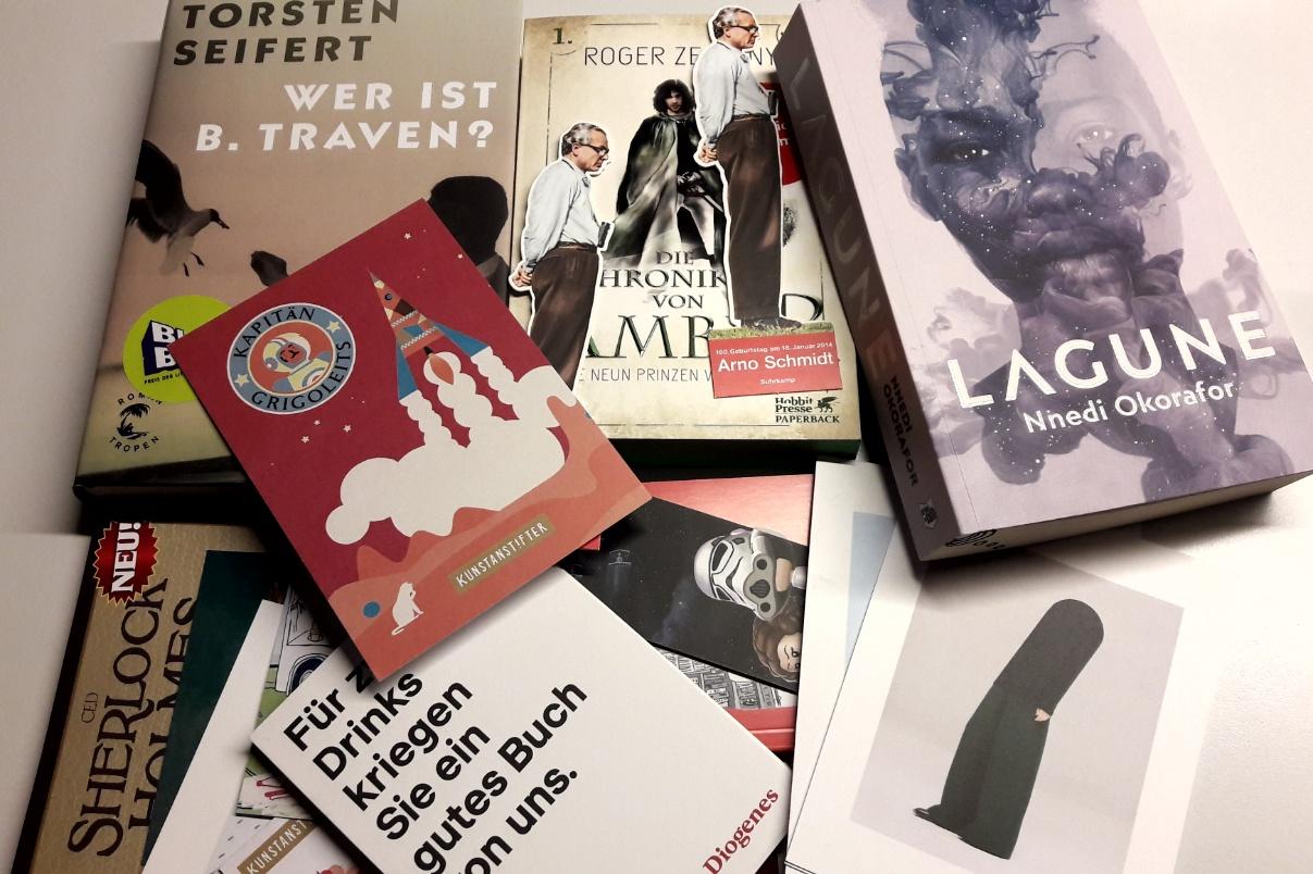 Bücher, Lesezeichen und Karten auf einem unordentlichen kleinen Stapel