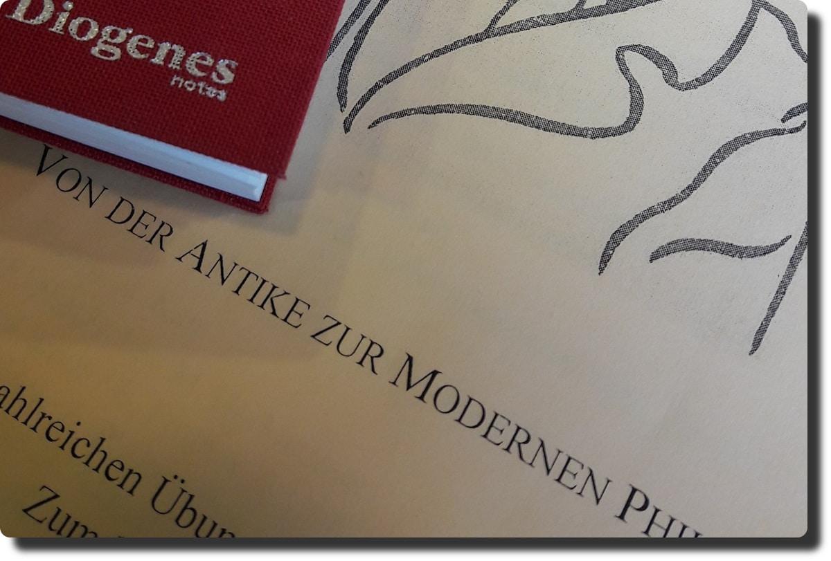 Rotes Notizbuch von Diogenes auf Schulungsunterlagen