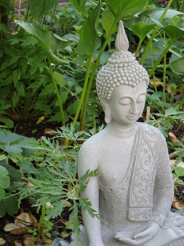 Buddhastatue in einem Garten