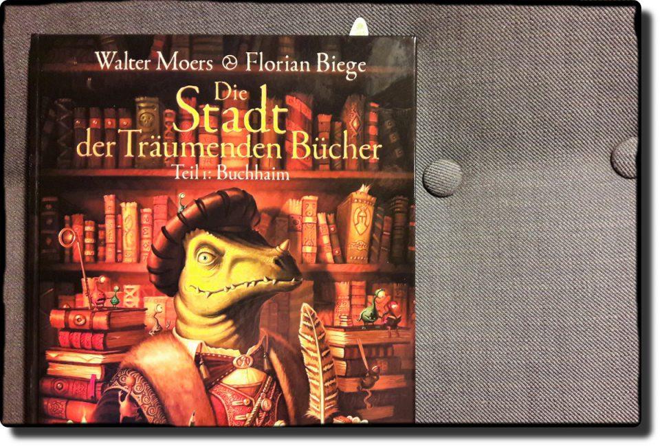 Graphic Novel vor dem Hintergrund eines grauen Sessels