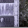 Buch vor einem Lavendelstrauch