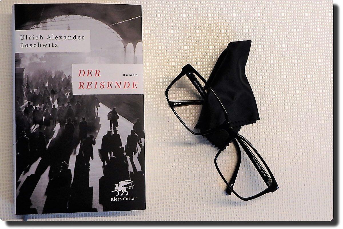 Buch neben einer schwarzen Brille