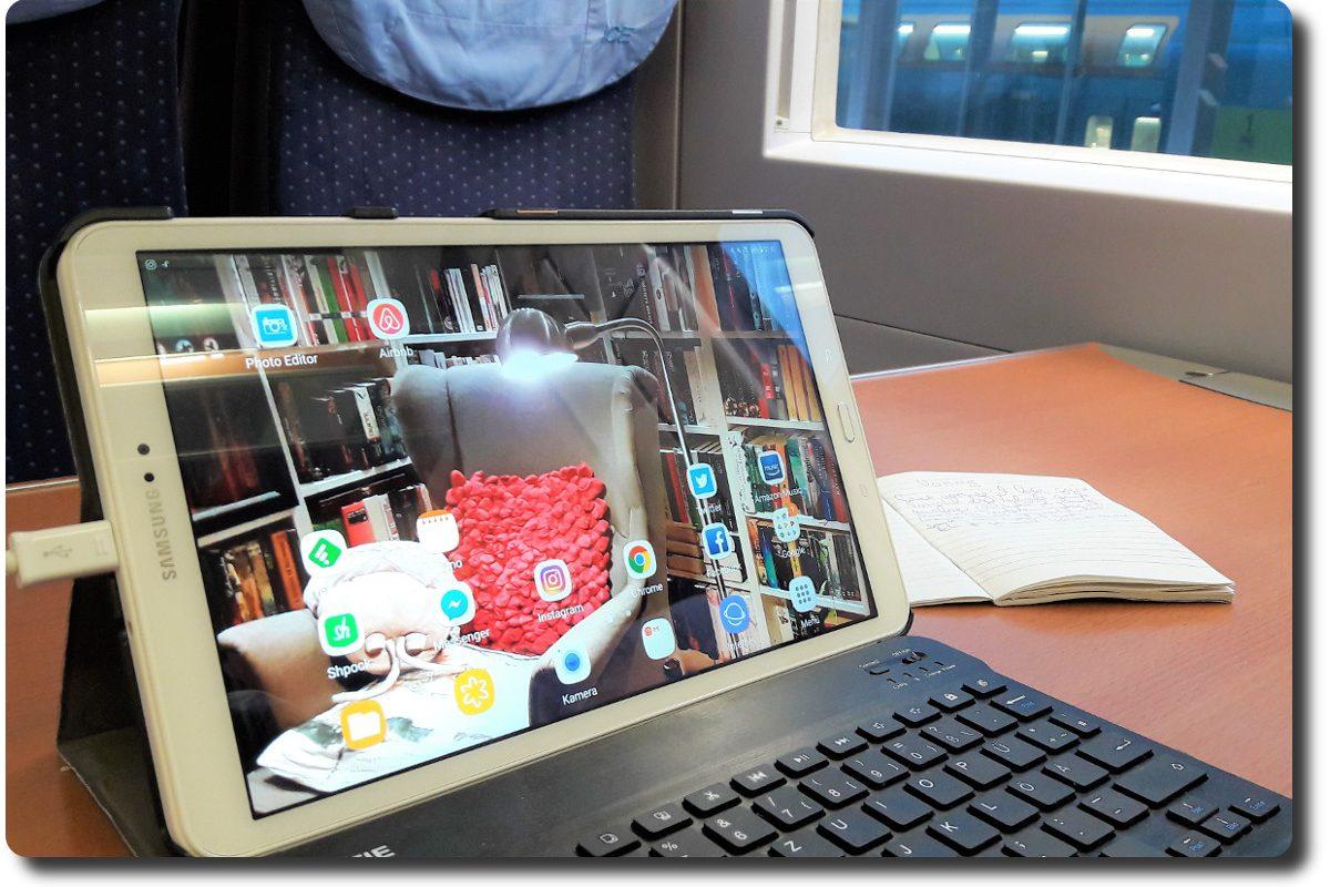 Tablet mit Tastatur auf einem Tisch im Zug