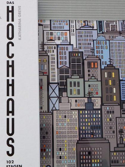 Comic neben einem PixelArt-Bild, dass Hochhäuser zeigt
