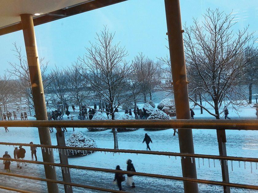 Gelände vor der Leipziger Buchmesse mit einigen Menschen und viel Schnee