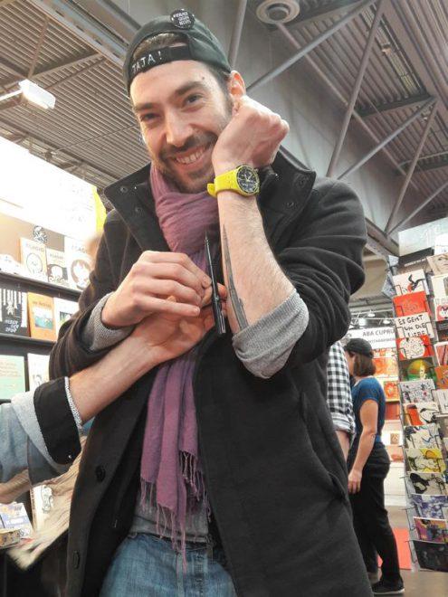Federico Cacciapaglia trägt sein Zeichenwerkzeug auf dem Unterarm