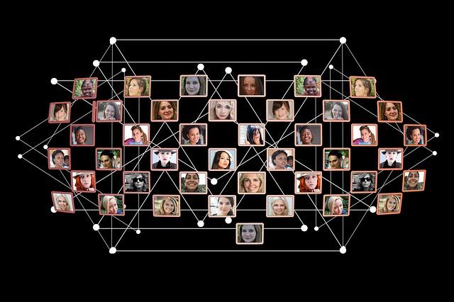 Viele Frauengesichter miteinander vernetzt