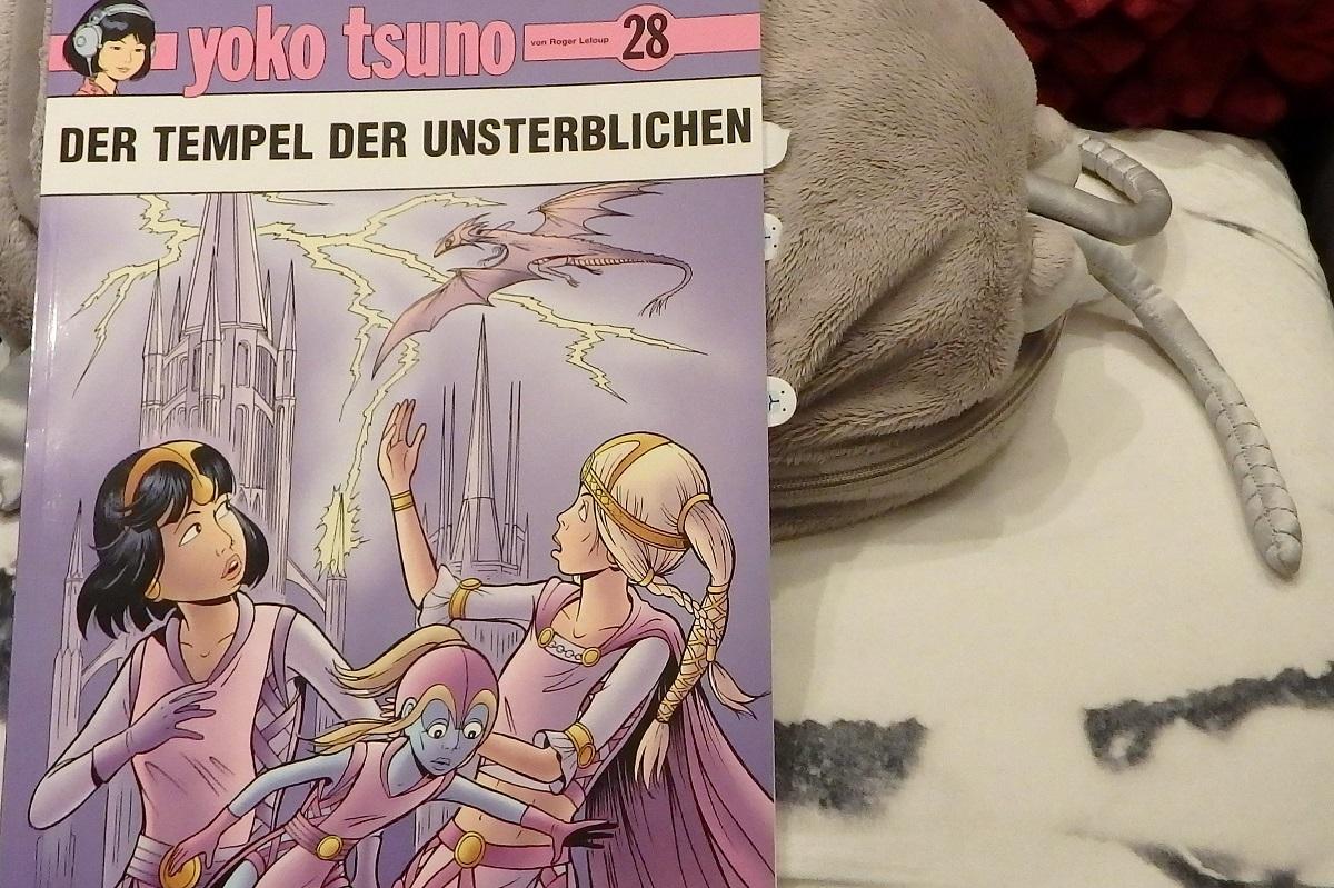 Comic liegt auf der grauen Plüschassel