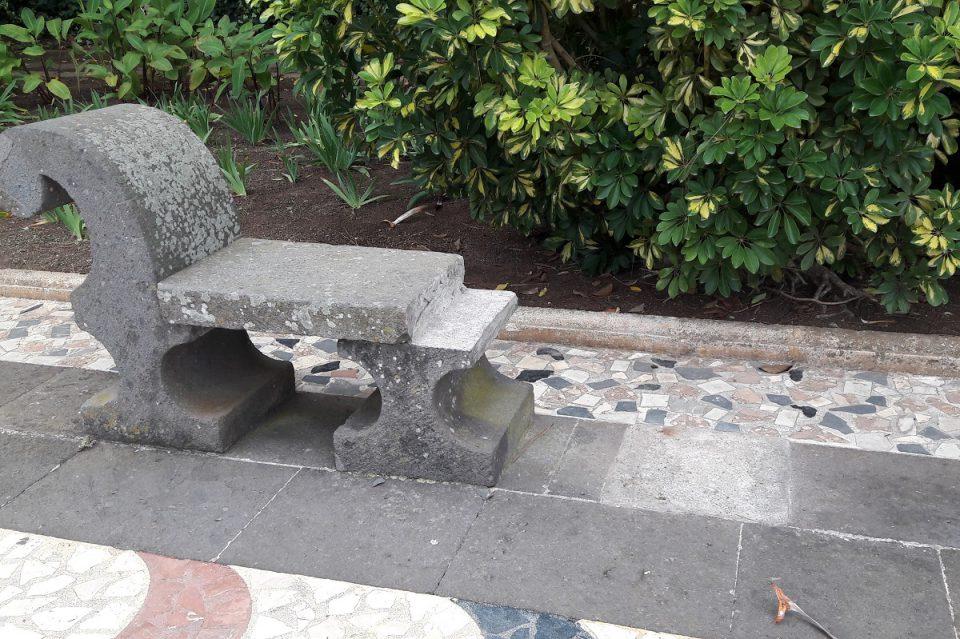Bank aus Stein in einem Park