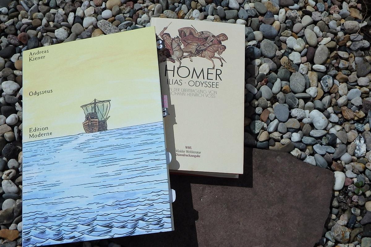 Comic Odysseus neben einer Ausgabe der Illias und Odyssee auf Kieselsteinuntergrund