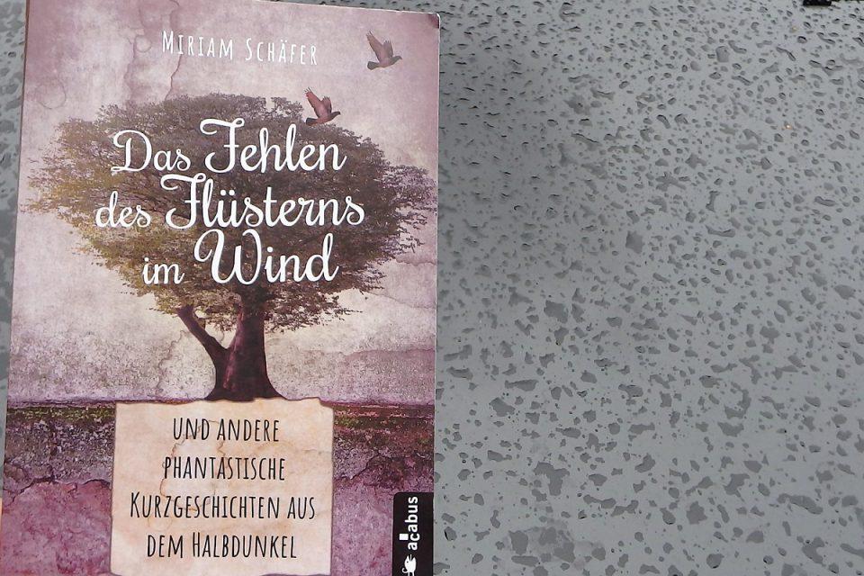 Buch auf einem Hintergrund mit Regentropfen