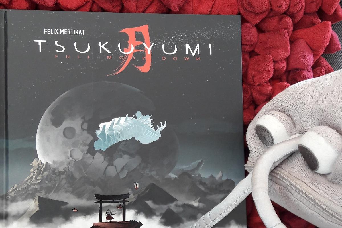 Tsukuyumi der Comic neben einer Plüschassel
