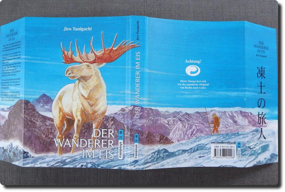 Ausgeklapptes Cover zeigt einen weißen Hirsch vor blauem Himmel und verschneiten Bergen