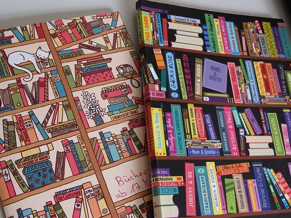 Zwei Notizbücher auf denen Bücherregale abgebildet sind