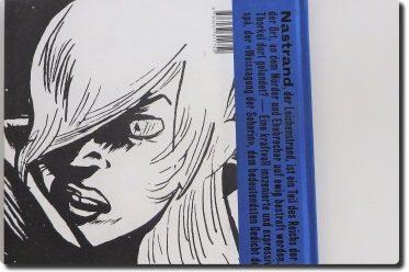 zeigt die Rückseite des blau-schwarz-weißen Comicbands, darauf ein Portrait der Deirdre