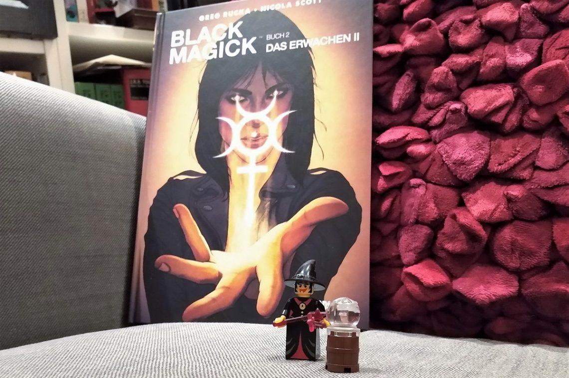 Black Magick 2 Titel zeigt den Comic im Hintergrund und vorne eine kleine LEGO-Hexenfigur