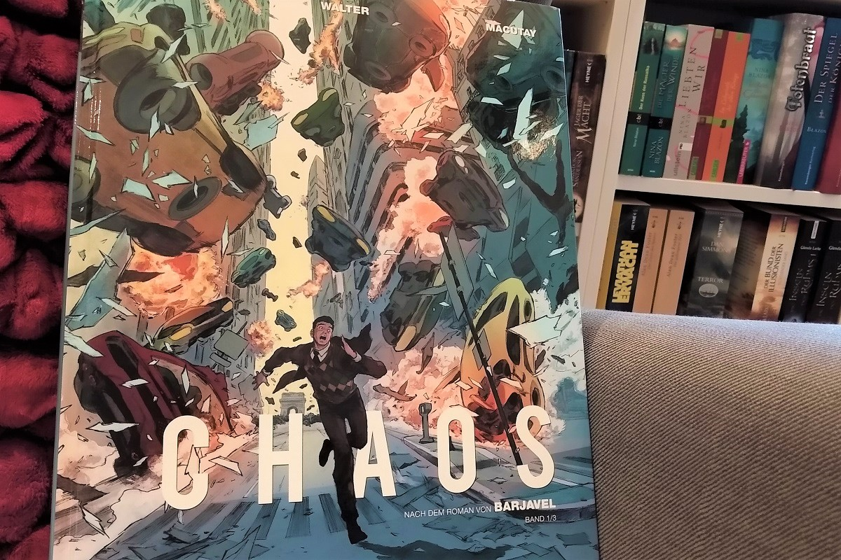 Chaos 1 Titelbild, Comic vor Bücherregal