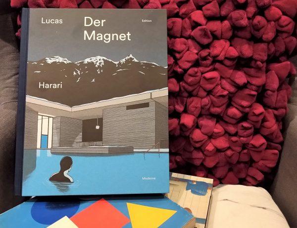 Der Magnet Titelbild - Comic auf einem Sessel mit einem roten Kissen darunter zwei Bände Bauhaus
