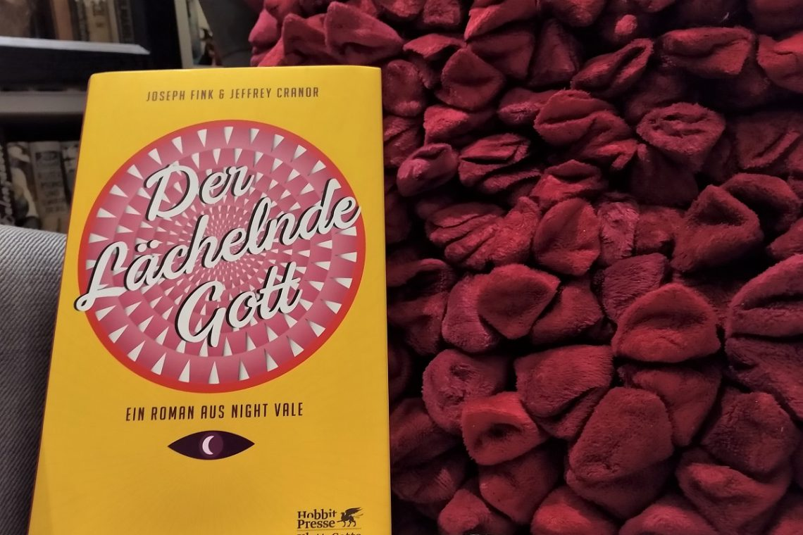 Buch vor einem roten Kissen