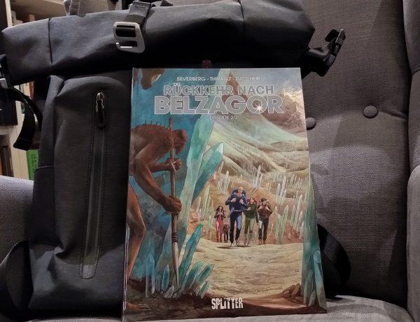 Rückkehr nach Belzagor 2 Comic vor einem Rucksack auf einem Ohrensessel