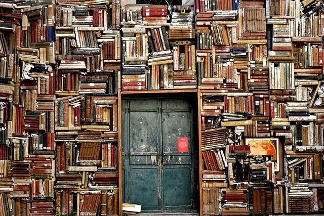 Metalltür umgeben von Bücherregalen