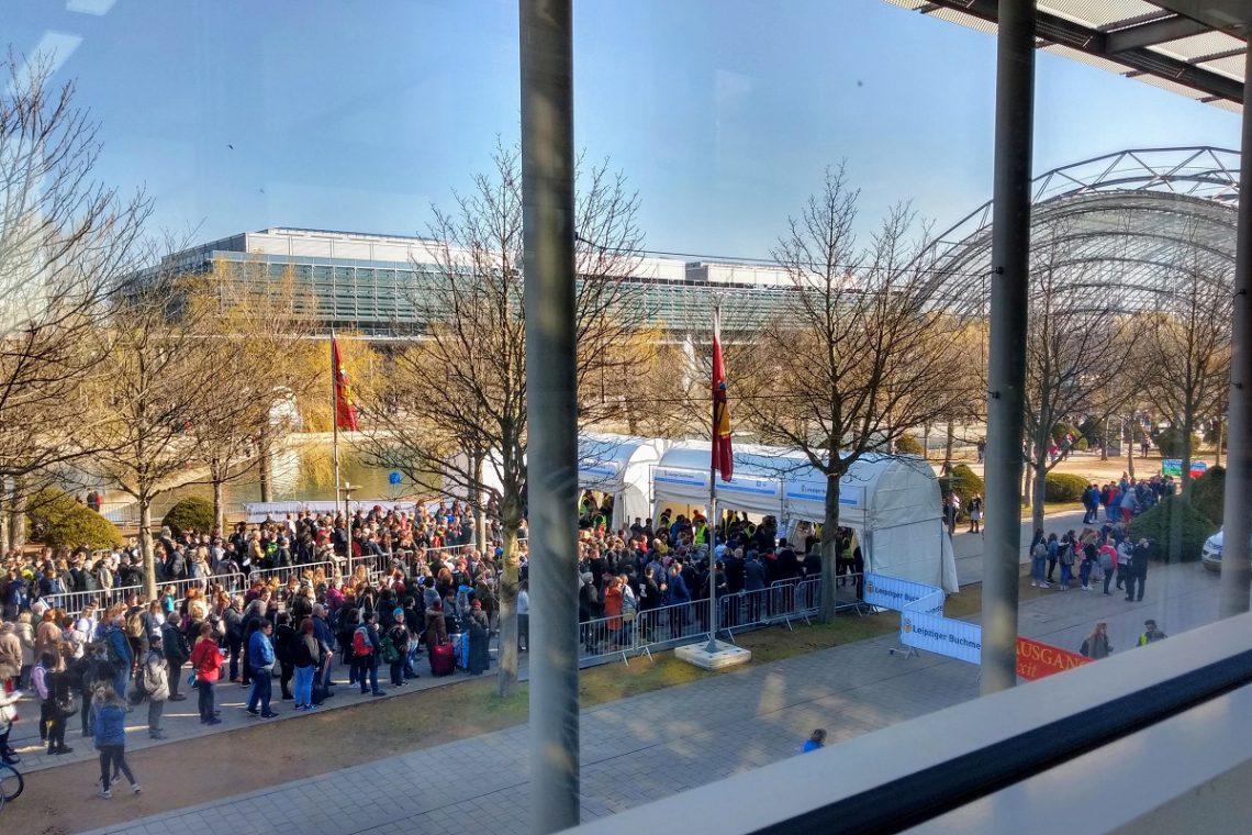 LBM19 Teil I Titelbild zeigt den Eingang der Glashalle und viele Menschen vor der Taschenkontrolle