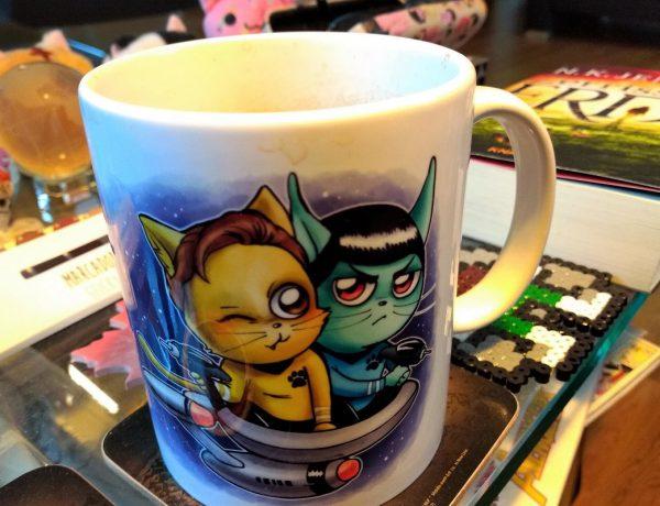 Titelbild Februar 2019 im Vordergrund eine Tasse mit Katzen in Star Trek-Optik von David Füleki