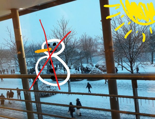 Durchgestrichener Schneemann vor Schneelandschaft