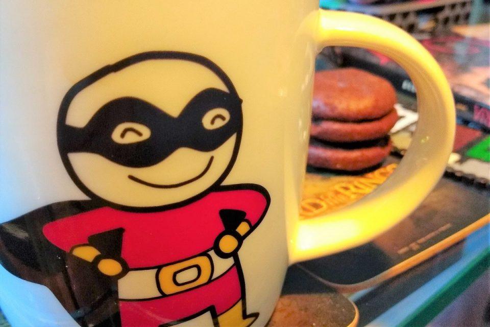 Superheldentasse und Kekse